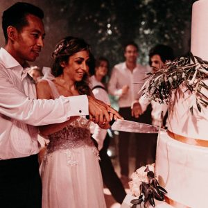Cutting the cake of an Elegant Boho Chic Wedding at the Beldi Country Club - Hello Event